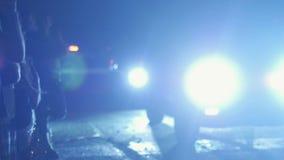 Σκιαγραφίες των ανθρώπων που παίρνουν τις φωτογραφίες και που απολαμβάνουν τον αγώνα τη νύχτα φιλμ μικρού μήκους