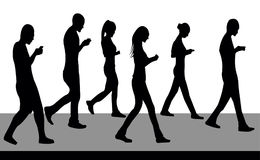 Σκιαγραφίες των ανθρώπων που περπατούν και με τα τηλέφωνα Στοκ Εικόνα