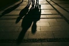 Σκιαγραφίες των ανθρώπων που περπατούν στην οδό πόλεων Στοκ Εικόνες