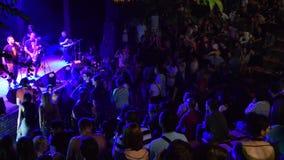 Σκιαγραφίες των ανθρώπων που χορεύουν σε ένα κόμμα φιλμ μικρού μήκους