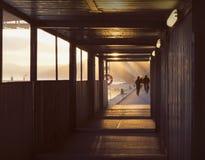 Σκιαγραφίες των ανθρώπων στην όμορφη, πρόωρη αυγή από το νερό Στοκ Φωτογραφία