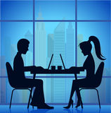 Σκιαγραφίες των ανθρώπων στον πίνακα business businessman cmputer desk laptop meeting smiling talking to using woman Στοκ φωτογραφίες με δικαίωμα ελεύθερης χρήσης