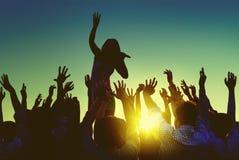 Σκιαγραφίες των ανθρώπων υπαίθρια στο φεστιβάλ μουσικής στοκ φωτογραφία με δικαίωμα ελεύθερης χρήσης