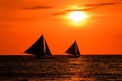 Σκιαγραφίες των βαρκών ενάντια σε έναν κόκκινο ουρανό ηλιοβασιλέματος στοκ φωτογραφία με δικαίωμα ελεύθερης χρήσης