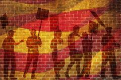 Σκιαγραφίες των διαμαρτυμένος ανθρώπων ενάντια στη σημαία της Βαρκελώνης στο υπόβαθρο τοίχων σπασιμάτων Στοκ Εικόνα