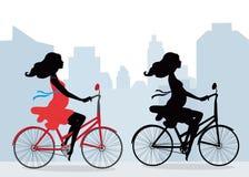 Σκιαγραφίες των εγκύων γυναικών στο ποδήλατο Στοκ Εικόνα