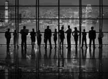 Σκιαγραφίες των επιχειρηματιών με τα επιχειρησιακά σύμβολα Στοκ Φωτογραφίες