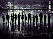 Σκιαγραφίες των επιχειρηματιών με τα επιχειρησιακά σύμβολα Στοκ φωτογραφία με δικαίωμα ελεύθερης χρήσης