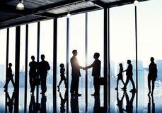 Σκιαγραφίες των διαφορετικών εταιρικών επιχειρηματιών στοκ φωτογραφία με δικαίωμα ελεύθερης χρήσης