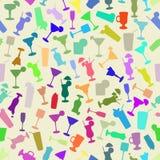 Σκιαγραφίες των κοκτέιλ σε ένα ζωηρόχρωμο άνευ ραφής σχέδιο Στοκ εικόνα με δικαίωμα ελεύθερης χρήσης