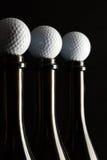 Σκιαγραφίες των κομψών μπουκαλιών κρασιού με τις σφαίρες γκολφ Στοκ Φωτογραφία