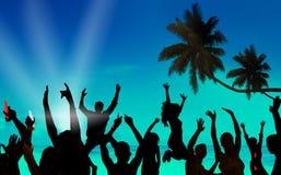 Σκιαγραφίες των νέων που γιορτάζουν σε μια παραλία στοκ φωτογραφία με δικαίωμα ελεύθερης χρήσης