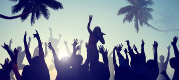 Σκιαγραφίες των νέων σε μια συναυλία παραλιών Στοκ φωτογραφία με δικαίωμα ελεύθερης χρήσης