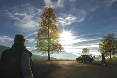 Σκιαγραφίες των οδοιπόρων και ενός ελβετικού πανοράματος ορών στοκ εικόνα