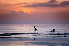 Σκιαγραφίες των παιχνιδιών παιδιών στην παραλία Στοκ εικόνες με δικαίωμα ελεύθερης χρήσης