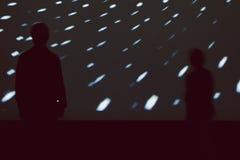 Σκιαγραφίες των παιδιών μπροστά από τη μεγάλη ελαφριά οθόνη Στοκ εικόνα με δικαίωμα ελεύθερης χρήσης