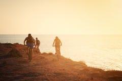 Σκιαγραφίες των ποδηλατών ο Στοκ φωτογραφία με δικαίωμα ελεύθερης χρήσης