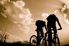 Σκιαγραφίες των ποδηλατών Στοκ Φωτογραφία