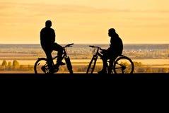 Σκιαγραφίες των ποδηλατών Στοκ Εικόνες