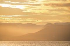 Σκιαγραφίες των χρυσών βουνών Στοκ Εικόνα