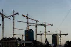 Σκιαγραφίες των ψηλών γερανών κατασκευής Στοκ εικόνες με δικαίωμα ελεύθερης χρήσης