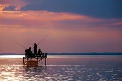 Σκιαγραφίες ψαράδων ` σε μια στάση αλιείας στο ηλιοβασίλεμα στη λίμνη Balat Στοκ εικόνα με δικαίωμα ελεύθερης χρήσης