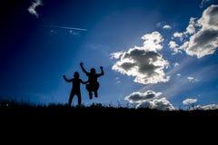 Σκιαγραφίες δύο παιδιών στο τοπ λόφος Στοκ Εικόνα