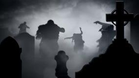 Σκιαγραφίες Zombie σε έναν ομιχλώδη βρόχο νεκροταφείων 4k