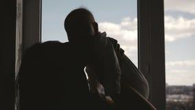 Σκιαγραφεί ofMmother και μωρό κοντά στο παράθυρο απόθεμα βίντεο