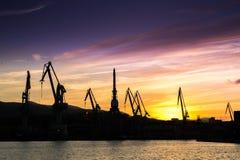 Σκιαγραφημένοι γερανοί στο ναυπηγείο, Στοκ Εικόνες