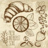 Σκιαγραφημένο άνευ ραφής υπόβαθρο προγευμάτων με croissant, το λεμόνι και τα μούρα Drawned σε καφετί παλαιό χαρτί με τη σύσταση ελεύθερη απεικόνιση δικαιώματος