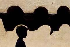 ΣΚΙΑΓΡΑΦΙΑ ΕΝΌΣ ΠΑΙΔΙΟΥ ΜΠΡΟΣΤΑ ΑΠΌ ΤΟ ΠΑΛΑΙΟ ΣΠΙΤΙ Στοκ φωτογραφίες με δικαίωμα ελεύθερης χρήσης