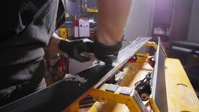 Σκι ή συντονισμός και reapair έννοια σνόουμπορντ Εργαζόμενος χειμερινών καταστημάτων που κάνουν την επισκευή βάσεων και υπηρεσία φιλμ μικρού μήκους