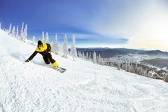 Σκι βουνών κλίσεων Snowboarder προς τα κάτω Στοκ φωτογραφία με δικαίωμα ελεύθερης χρήσης