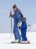 σκι εκμάθησης παιδιών Στοκ φωτογραφία με δικαίωμα ελεύθερης χρήσης