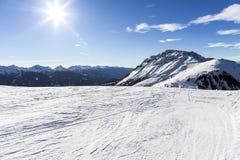 σκι θερέτρου Κλίσεις σκι Ηλιόλουστη ημέρα στο χιονοδρομικό κέντρο Πανοραμική άποψη σχετικά με χιονώδη από την κλίση piste για με  Στοκ Φωτογραφία
