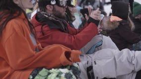 σκι θερέτρου Το Snowboarders και οι σκιέρ επιδοκιμάζουν στο encamp Κατοχή της εξάρτησης υπολοίπου απόθεμα βίντεο