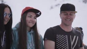 σκι θερέτρου Χορός Snowboarders και σκιέρ στο encamp Κατοχή της εξάρτησης υπολοίπου Χαμόγελο απόθεμα βίντεο