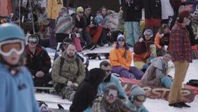 σκι θερέτρου Snowboarders και σκιέρ που κάθονται στο encamp Κατοχή της εξάρτησης υπολοίπου φιλμ μικρού μήκους