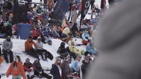 σκι θερέτρου Snowboarders και σκιέρ που προσέχουν στο encamp Κατοχή της εξάρτησης υπολοίπου φιλμ μικρού μήκους