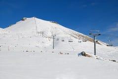 Σκι και πανόραμα βουνών. Άλπεις Στοκ Εικόνες