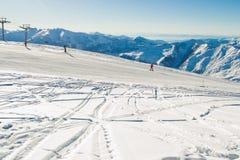 Σκι που οργανώνεται με την καταπληκτική άποψη σχετικά με τη σειρά βουνών Καύκασου Να κάνει σκι θέρετρο ακραίος αθλητισμός ενεργές Στοκ Εικόνες