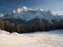 Σκι που οργανώνεται με το όμορφο πανόραμα βουνών Στοκ Φωτογραφία