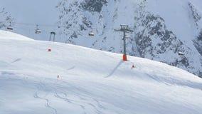 Σκι που οργανώνονται και γόνδολα στις αυστριακές Άλπεις απόθεμα βίντεο