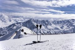 Σκι, πόλοι σκι και γάντια στις Άλπεις Στοκ Εικόνα