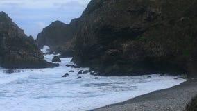 Σκληρά κύματα κοντά στην ακτή απόθεμα βίντεο