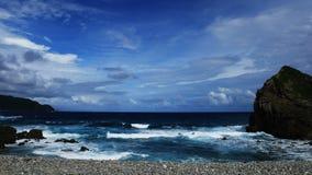 Σκληρά κύματα κοντά στην ακτή φιλμ μικρού μήκους