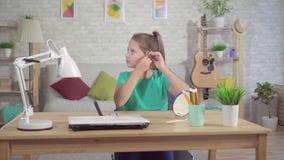 Σκληρά του κοριτσιού εφήβων ακρόασης με την ενίσχυση ακρόασης στο αυτί φιλμ μικρού μήκους