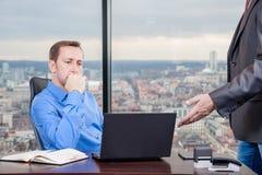 Σκληρές δουλειές διευθυντών στο γραφείο στο κτήριο τελευταίων ορόφων δίπλα στο παράθυρο Στοκ φωτογραφία με δικαίωμα ελεύθερης χρήσης