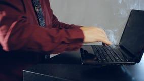 Σκληρή δουλειά στον υπολογιστή φιλμ μικρού μήκους